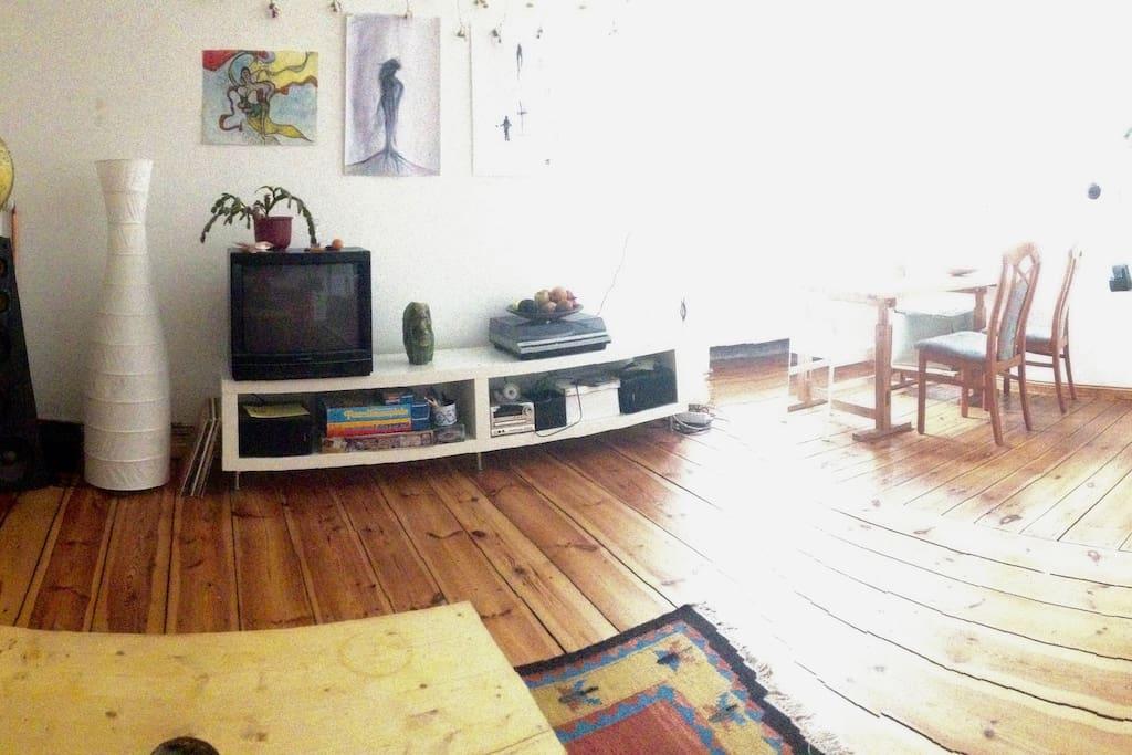 Wohnzimmer mit Essbereich am Fenster