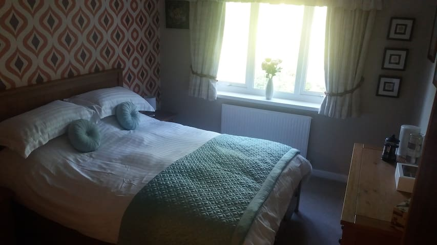 Clean & cosy ensuite kingsize room with parking