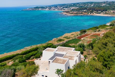 Wonderful seaview with direct access to the sea