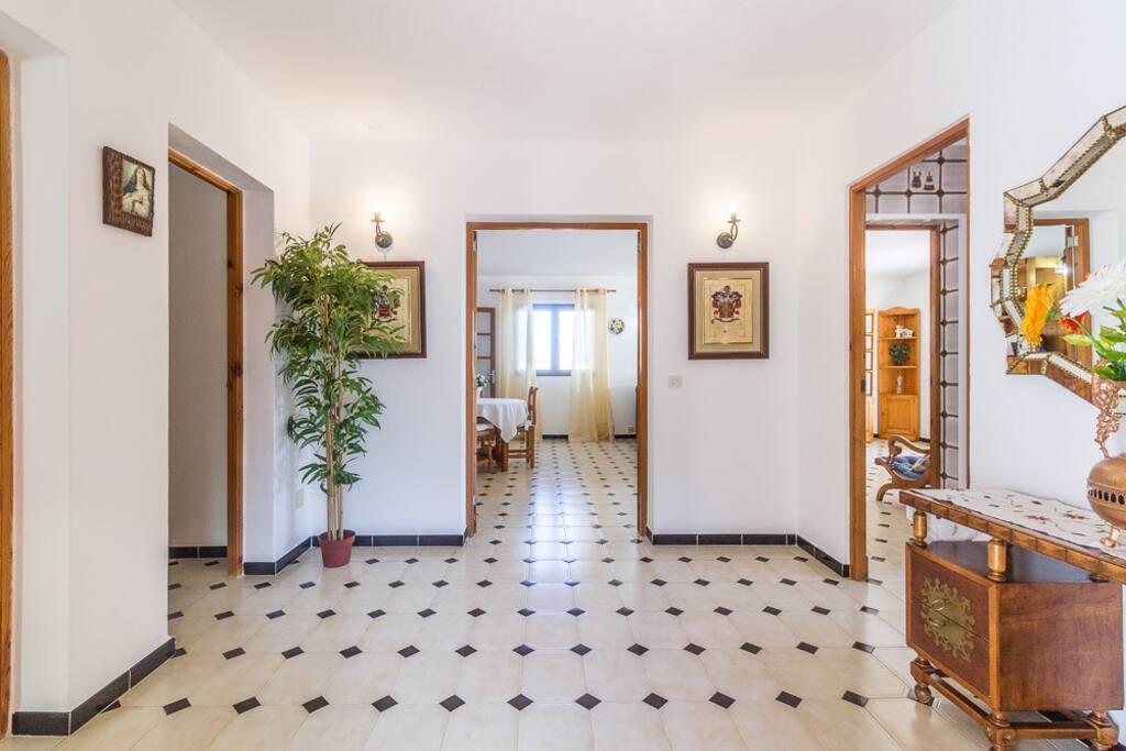 Vista del distribuidor de la casa, con acceso a las principales habitaciones de la vivienda. Destaca la luminosidad de la casa que proporciones las grandes ventanas que hay en todas las habitaciones y que proporcionan una cálida y acogedora estancia.