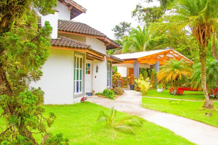 Casa ampla e aconchegante com piscina e campinho