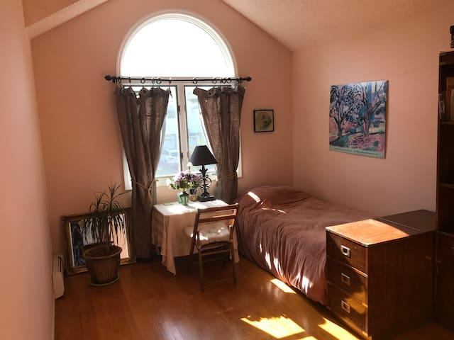 Baywindow Room