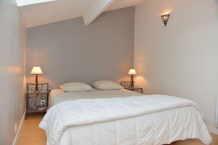 Chambre avec lit de 160 et commode
