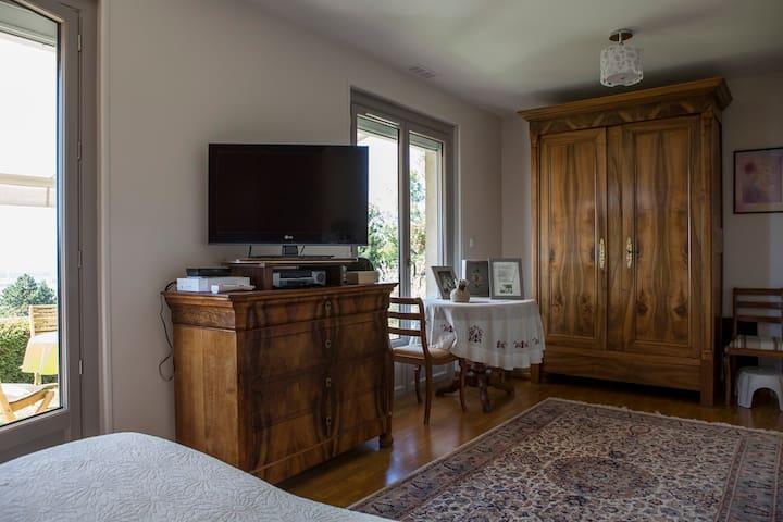 La chambre avec TV et armoire