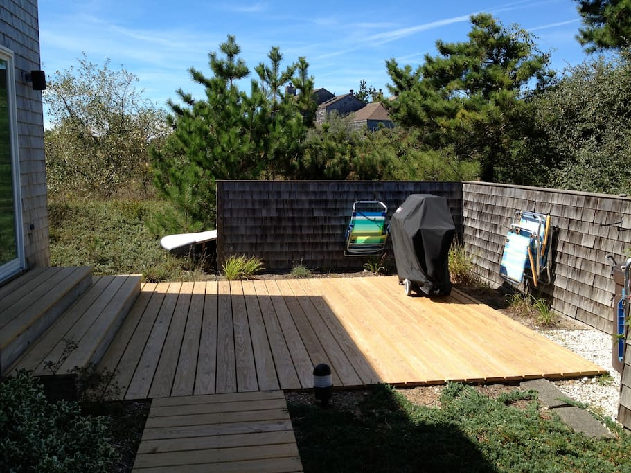 Front deck area, Grill and beach chares