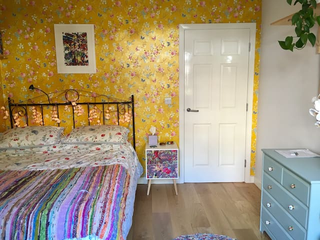 King sized room in cute garden apartment