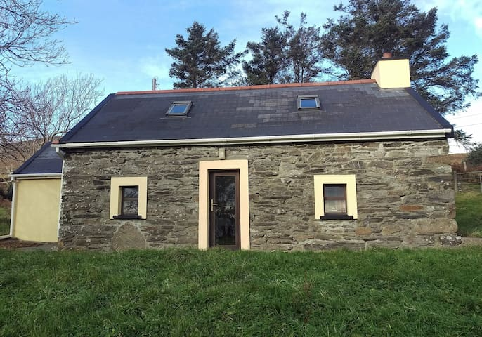 Traditional Stone Cottage with Sea Views - Bere Island - Haus