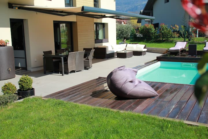 Sunny house with pool- close lake - Feigères - Casa