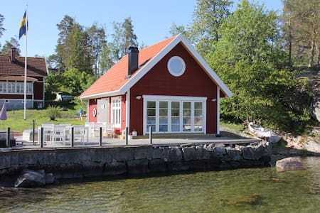 Nybyggd stuga vid havet med panoramautsikt