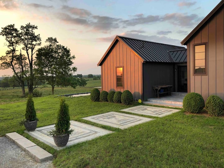 New contemporary home/9 miles from the Horse Park