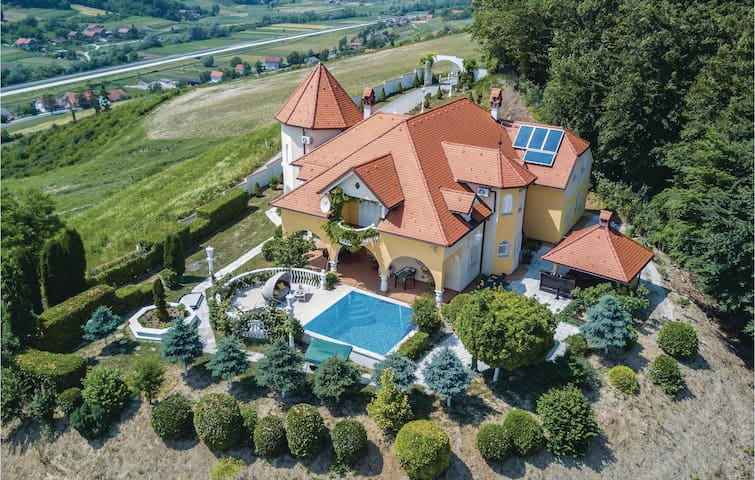 Holiday cottage with 5 bedrooms on 372m² in Sv.Kriz Zacretje