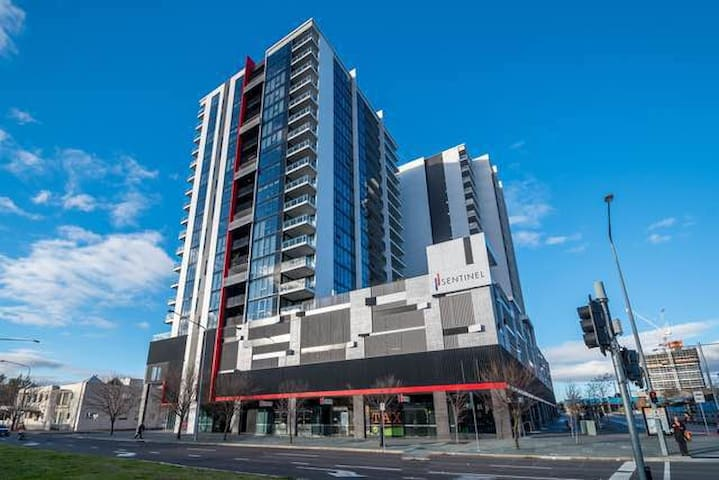 Town center luxury secured apartment with lakeview - Belconnen - Leilighet