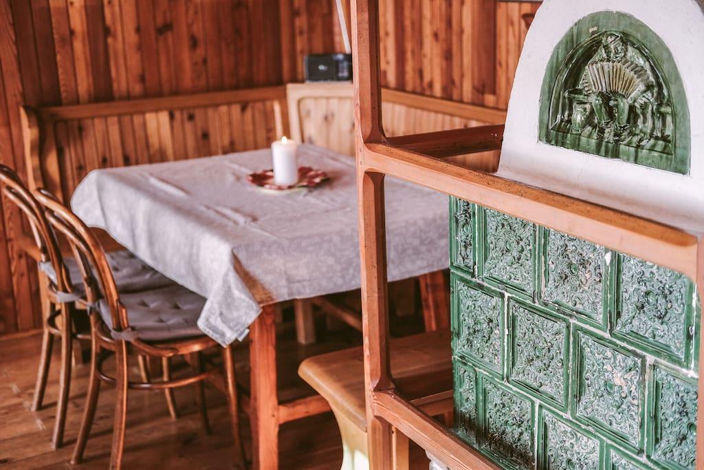 Wohnzimmer mit altem Bauern-Kachelofen/ Salotto con antica stufa contadina