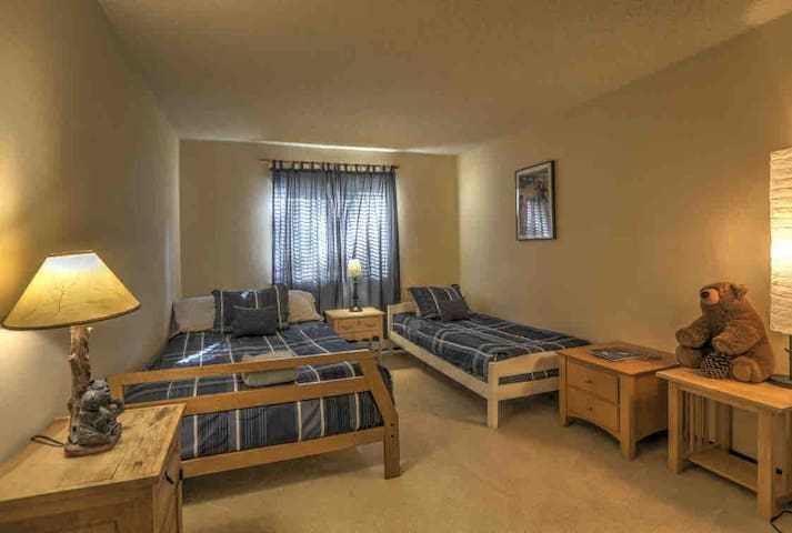 *New* Cozy condo 5 min to lake skiing & golf!