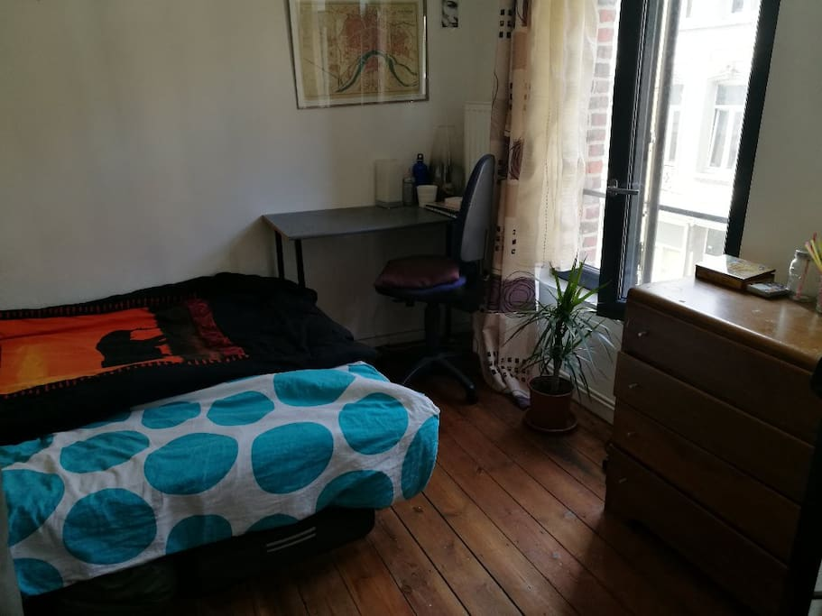 Cosy room next to parvis de saint gilles townhouses for for Living room 10m2