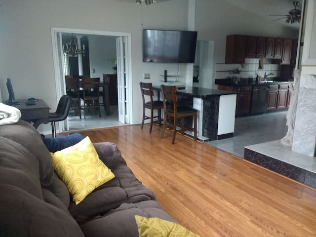 Large North Syracuse flat (Long term available).