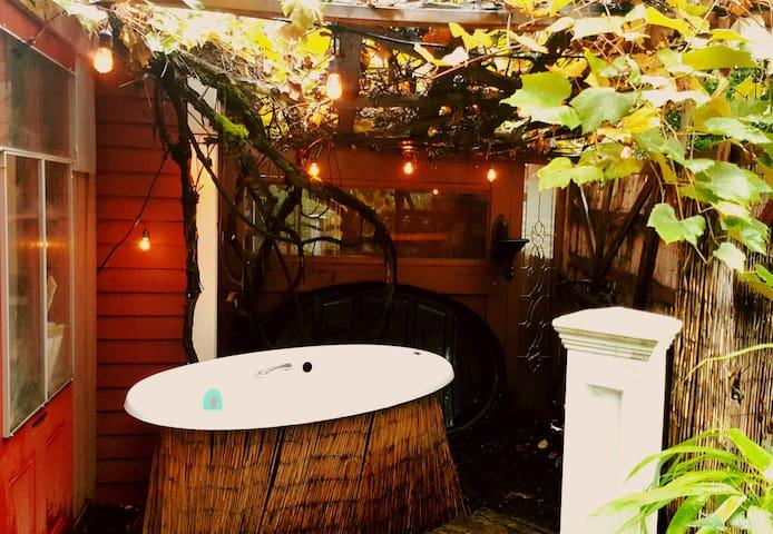 Private Room, Outdoor Soak Tub in Cozy Victorian