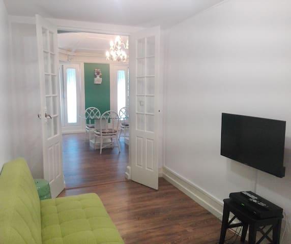 TV seating area (with dining room in the background) | Sala de TV (com sala de jantar em plano de fundo)
