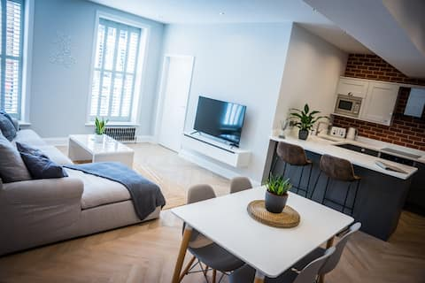 Central Abergavenny 2-bed renovated apartment