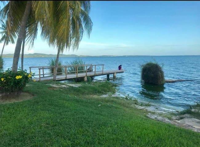 Amplia,Hermosa villa a orilla de laguna tres palos