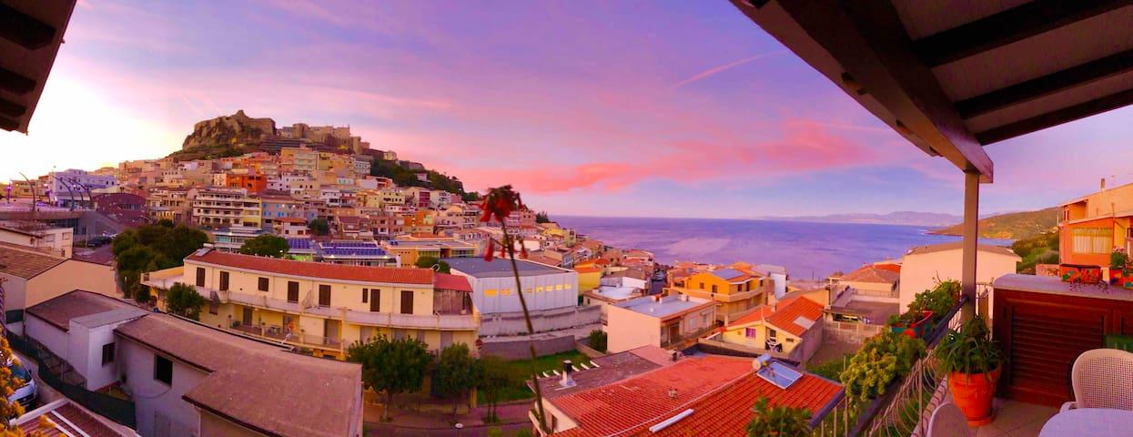 La vista dal balcone, tra mare e castello in pieno centro del paese