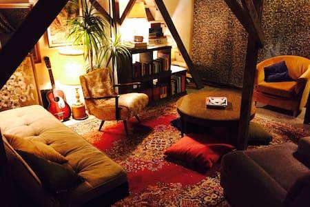 COZY ARTISTS WORKSHOP- Reading Room - Niagara Falls