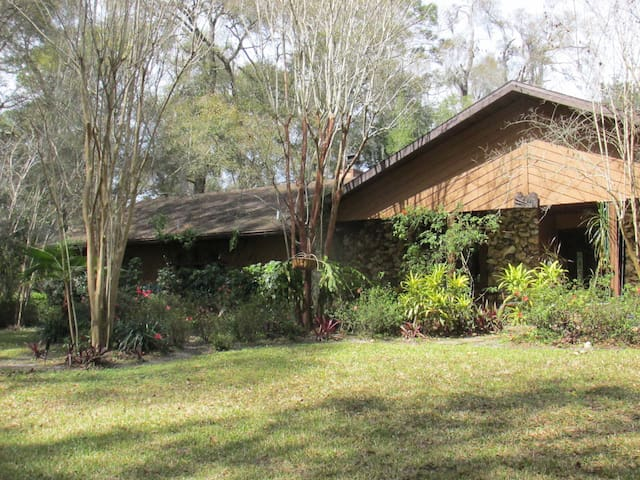 Beautifully situated, very private pool home - DeLand - Ev