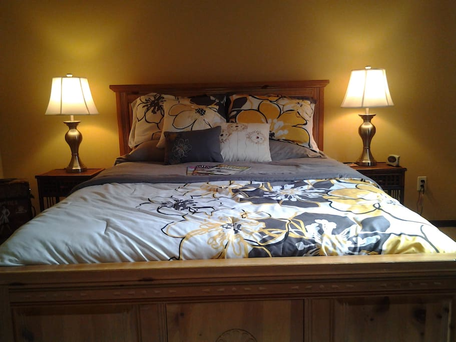 2nd Bedroom with a Queen Sized Bed.