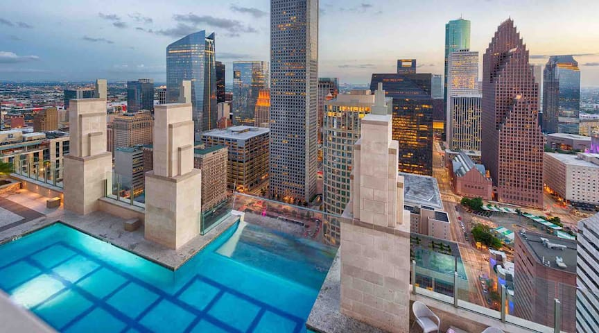 Downtown I King Deluxe | Pool Deck | High Rise