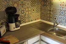 Küche mit Kühlschrank