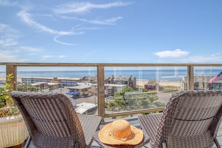 Gull Cottage Nestled up in the ridge in the heart of Lincoln City. Relax and Enjoy the Views!