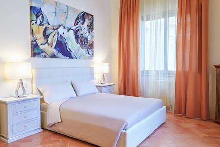 Appartamento Classic con vista sulla piazza, 2 camere da letto matrimoniali, ampia zona giorno e bagno con vasca.
