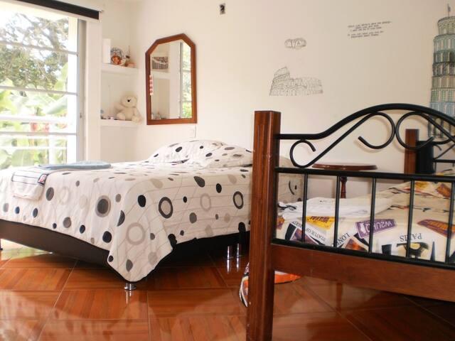 Habitación 1: 1 cama doble, 1 cama sensilla y TV