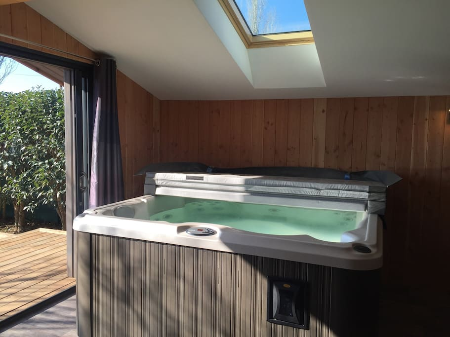 chalet avec jacuzzi int rieur bed and breakfasts for rent in hy res provence alpes c te d. Black Bedroom Furniture Sets. Home Design Ideas