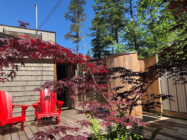 Treehouse Cottage big private deck and private outdoor shower
