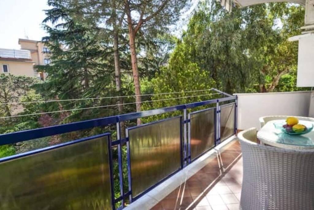 Balcone esclusivo della casa, attrezzato con tavolo e poltroncine con affaccio su un folto giardino