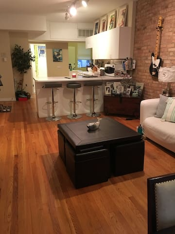 SPACIOUS PRIVATE ROOM-WRIGLEY FIELD GREAT LOCATION