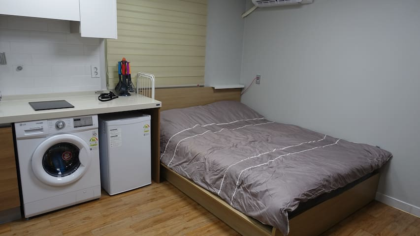 New! 5 minutes walk to subway! Clean & Cozy!