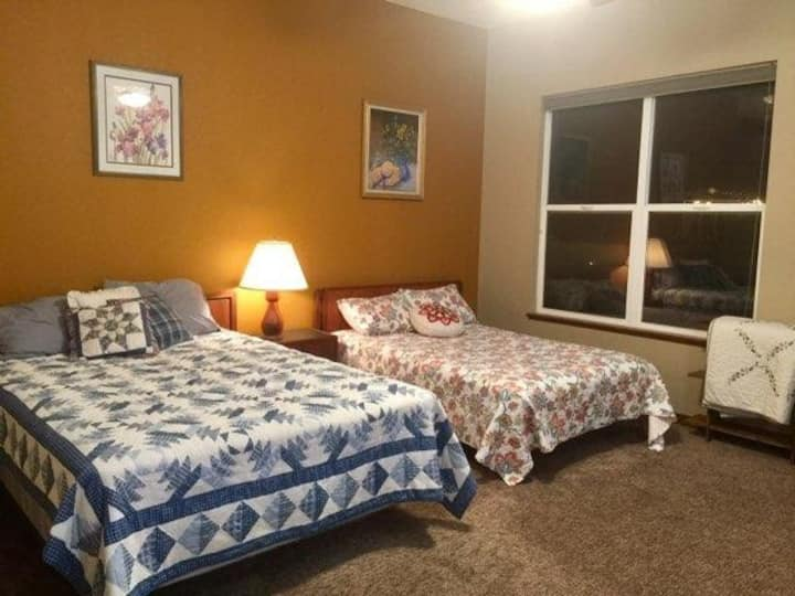 HUGE Master Suite w/ 4+ Beds, 15min from Downtown!