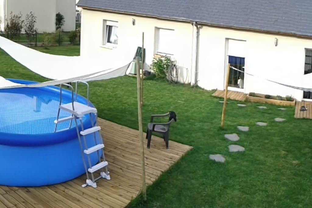 Notre jardin dispose d'une piscine et on installe aussi un filet pour le badminton ou le volley