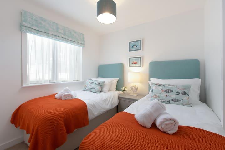 Bedroom 2 View 1 - Twin bedroom