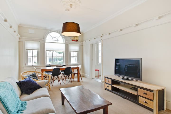 3 bedroom Art Deco flat in the heart of Manly