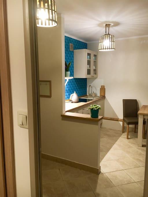 Kuchnia w odbiciu lustrzanym z korytarza