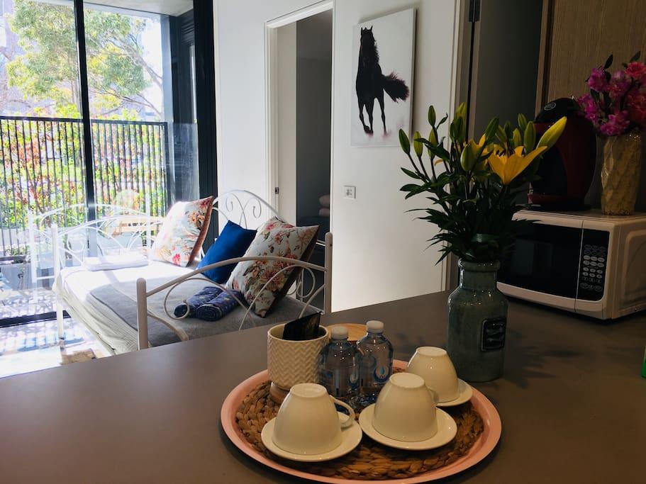 Living Room with Coffee ,Tea,And flowers.我们提供咖啡,茶叶包,矿泉水。