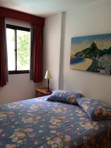 Quarto com ar condicionado (Bedroom with ar conditioner)