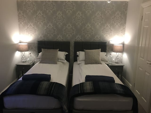 Pleasant king or twin room en-suite in Four Marks