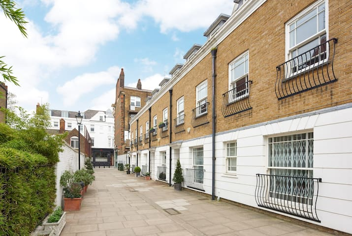 NEW LISTING  CHELSEA SUPER LUXURY 3 BED TOWNHOUSE