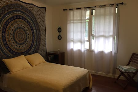 Bright and breezy private room close to everything - Honolulu