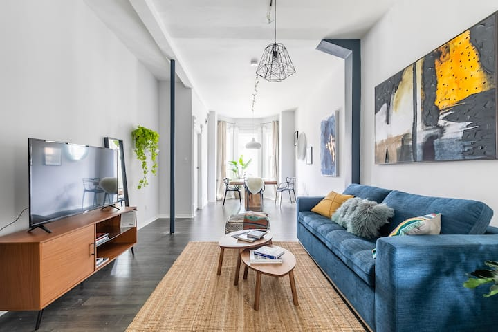 Gorgeous Artsy Home with King Bed in Queen West