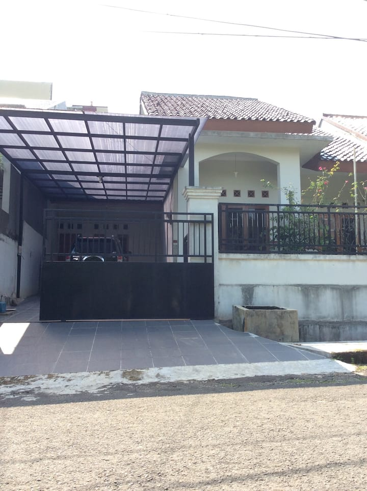 Rumah bergaya modern, akses lengkap